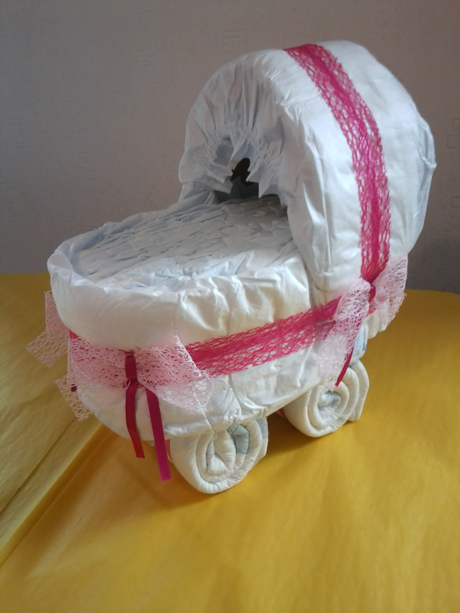 Landau en couches pour petite fille baby shower gateau de couches fille g teaux pour b b - Landau pour grande fille ...