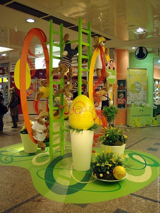 easter decorations in gesundbrunnen mall windows display pinterest easter decor and mall. Black Bedroom Furniture Sets. Home Design Ideas