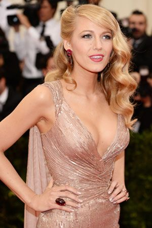 Blake Lively S Makeup Artist Shares Her Red Carpet Beauty Secrets Blake Lively Hair Guest Hair Wedding Guest Hairstyles
