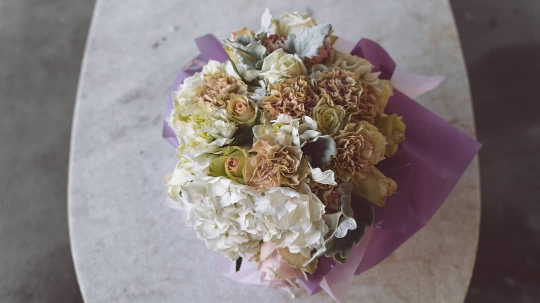 White Hydrangeas With Champagne Carnations Goes So Well Together Big Shout Out To Nhonngo For The Mazing P White Hydrangea Carnations Better Together