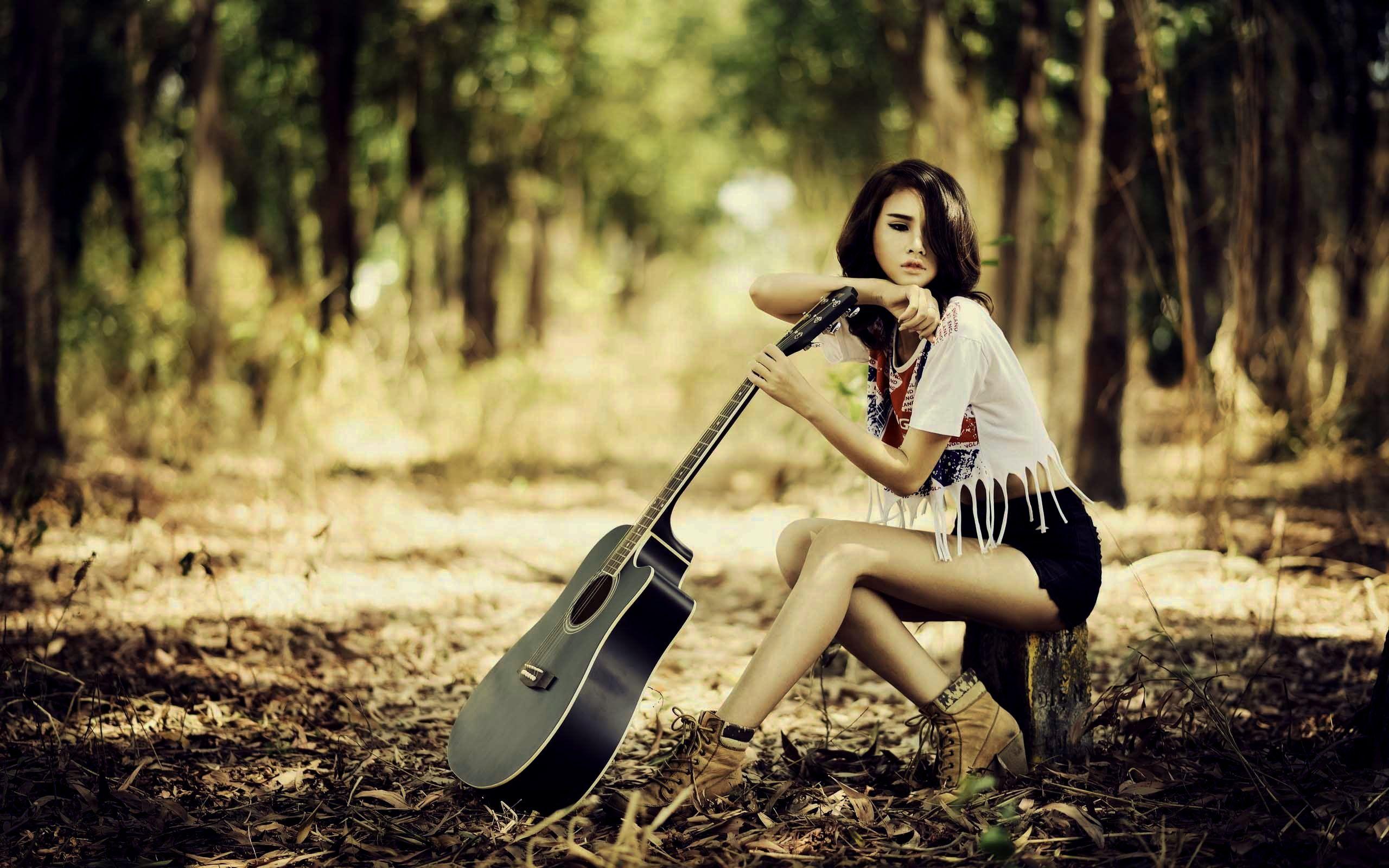 Картинки на обои девушка в косухе с гитарой