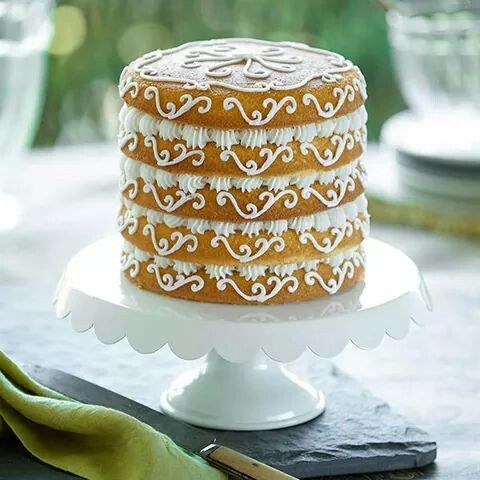 New trend: Naked Cake. No ftosting, just pipe work...yay or nay?