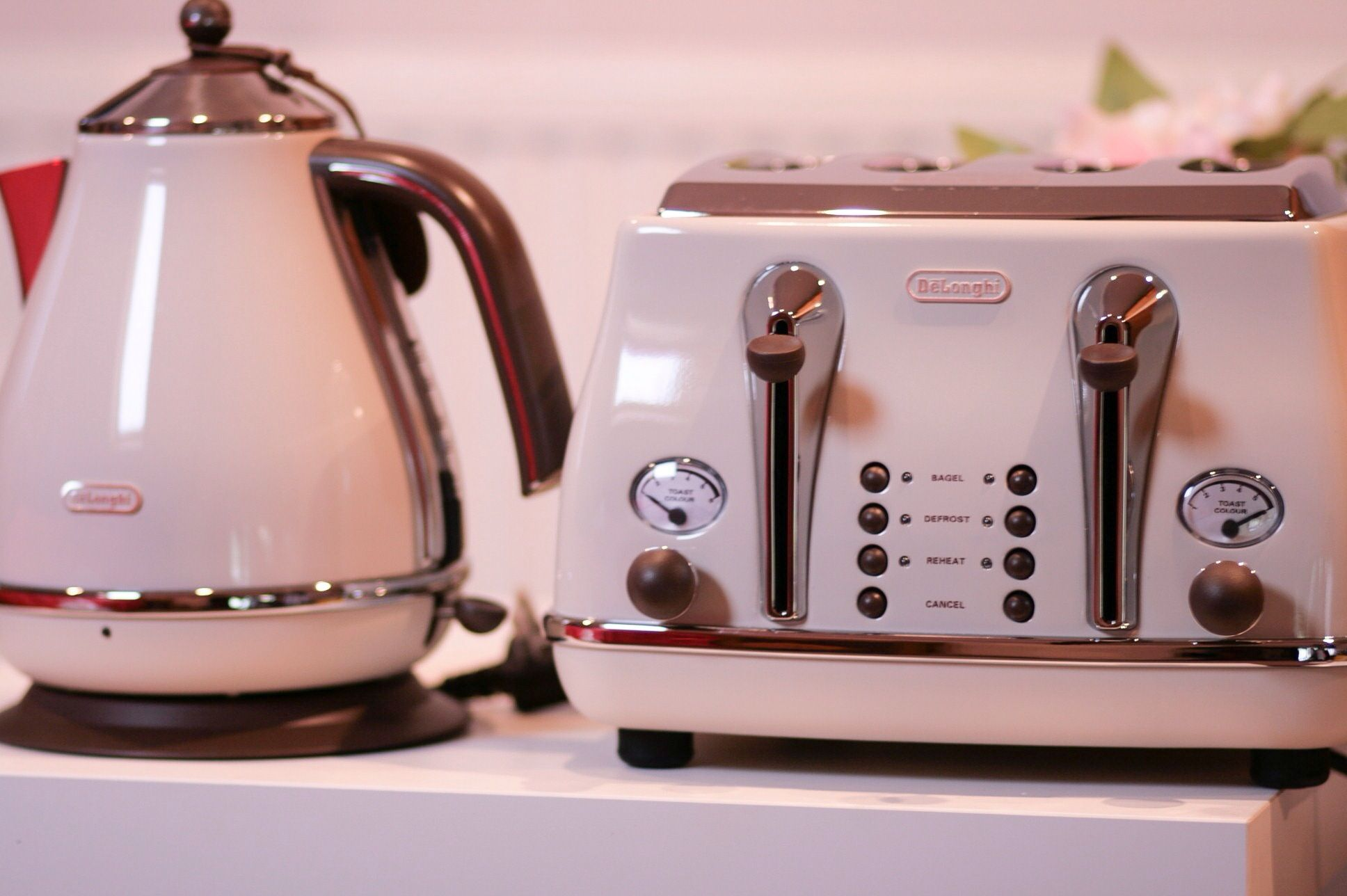 WANT IT Delonghi Vintage Icona Toaster & Tea Kettle (I