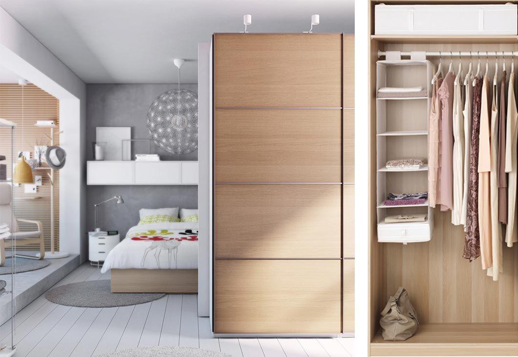 Ein helles mittelgroßes Schlafzimmer, u a eingerichtet mit hohem