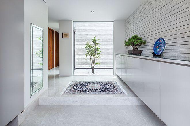 白い大理石を使った明るい玄関ホール 玄関ホール 大理石インテリア
