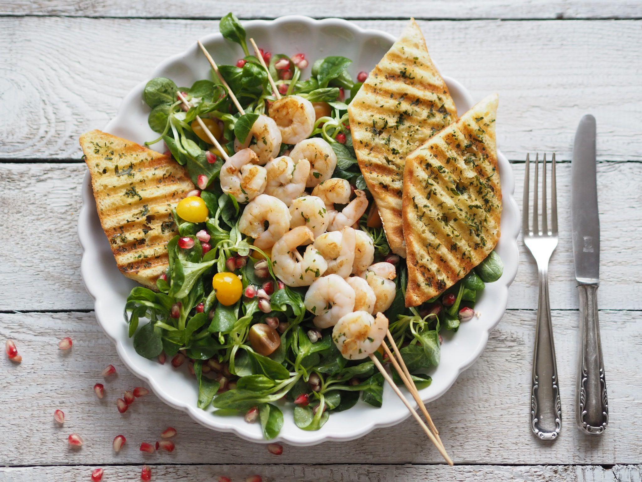 Letní salát s krevetami, fenyklem a granátovým jablkem | Na skok v kuchyni