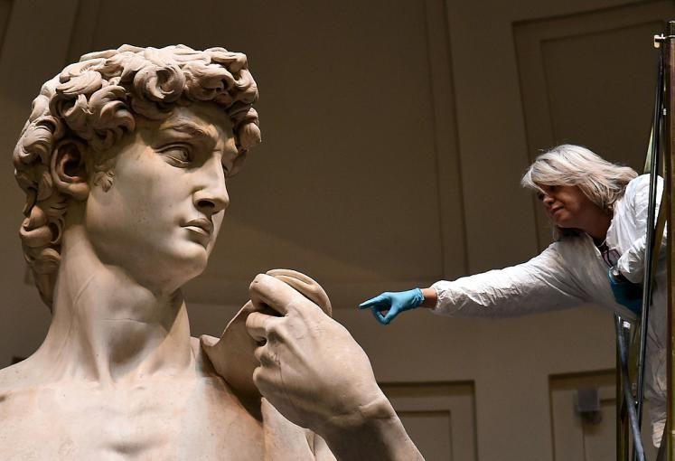 Putzaktion: Eine Ikone der Kunstgeschichte wird entstaubt - Auf riesigen Gerüsten haben Experten in Florenz den David von Michelangelo von Schmutzablagerungen befreit. Mehr Bilder des Tages auf: http://www.nachrichten.at/nachrichten/bilder_des_tages/ (Bild: AFP)