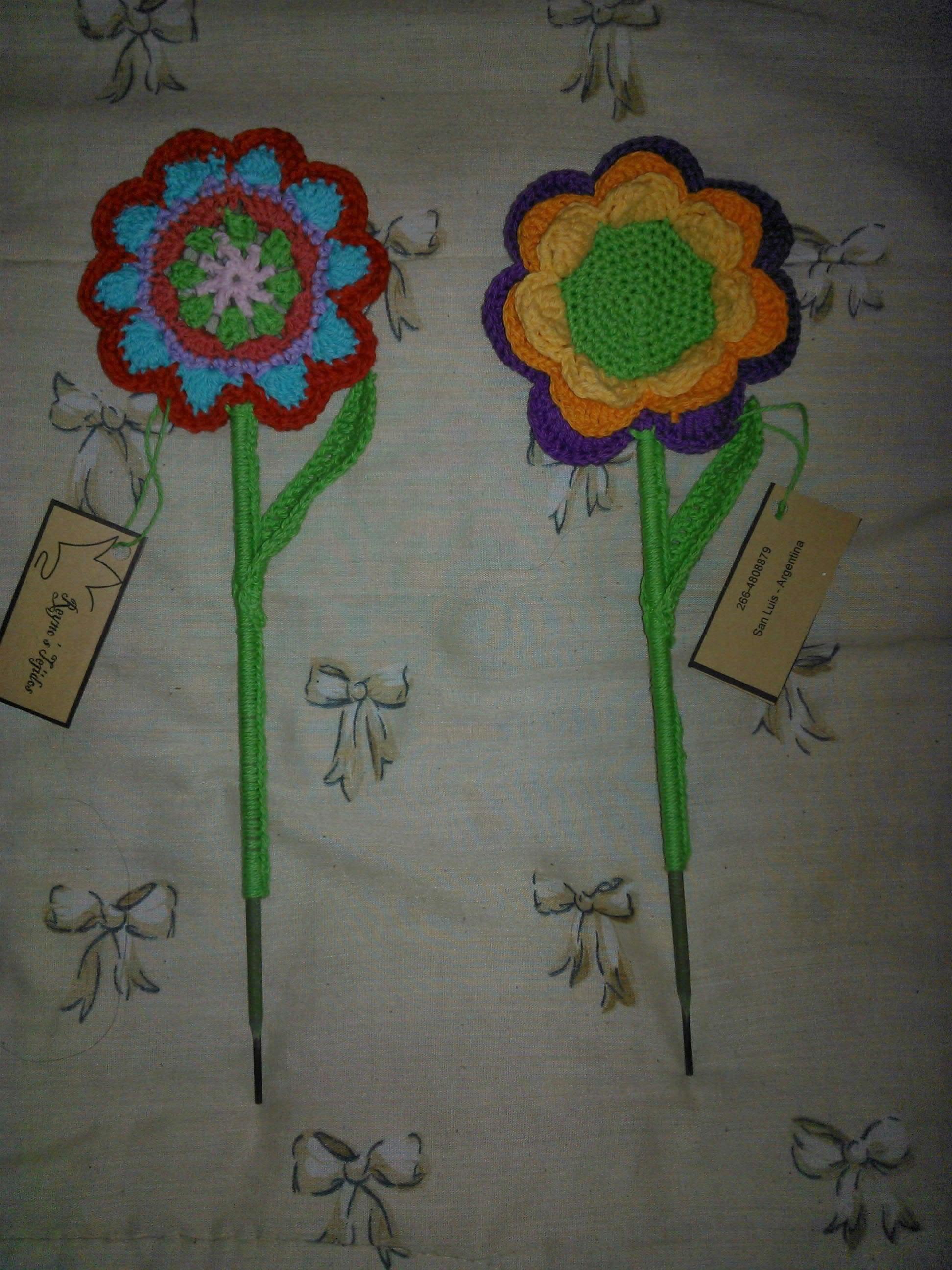 Adorno a crochet para macetas: flores de colores.