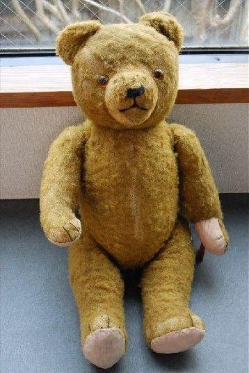 まさに一点もの!稀少なハーマンのアンティークテディベア  ハンガリーのアンティークショップで購入したテディベア。ショップのオーナーは、東欧で仕入れたたくさんのテディベアを扱っており、その中から二つ入荷しました。もう一つは別販売をしております。  テディベアのコレクターガイドブックでもある、『The Teddy Bear Encyclopedia』で確認したところ、1930年代に生産されたハーマンと特徴が同じ。またお腹には鳴き笛が入っており、横にすると「ブォー」と鳴きます。アンティークというだけでなく、大変愛きょうのあるベアーです。   ★サイズ座った状態で30センチ、全体で46cm