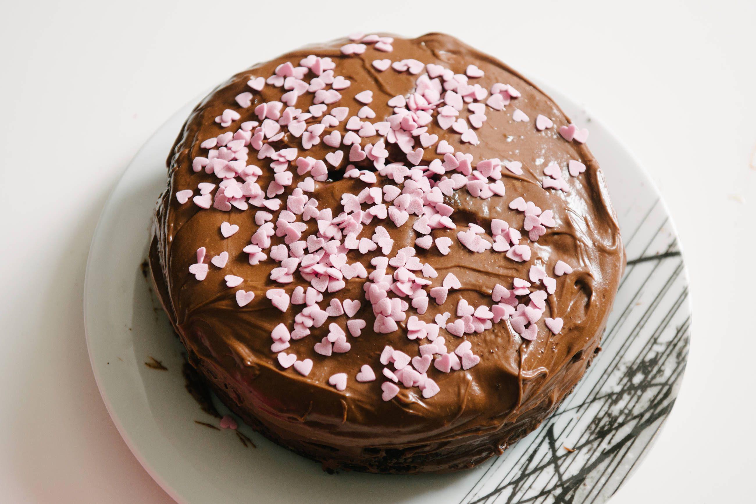 Hjemmelaget sjokoladekake med verdens beste glasur. Denne kakeoppskriften er hentet...