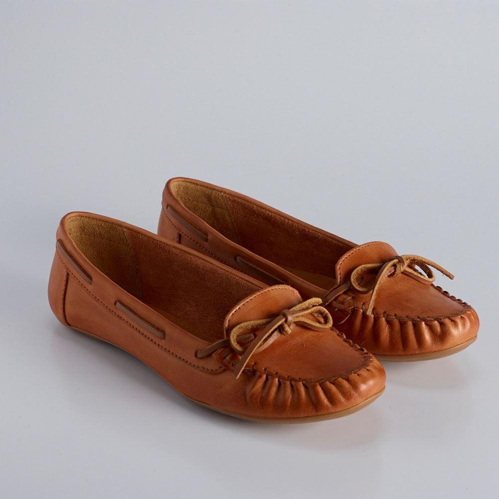 c591d7ce0 VIA MIA mocassim em couro com lacinho em couro caramelo. Sapatos Para  Dirigir, Tenis