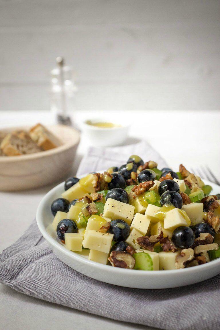 Käse-Trauben-Salat mit Walnüssen
