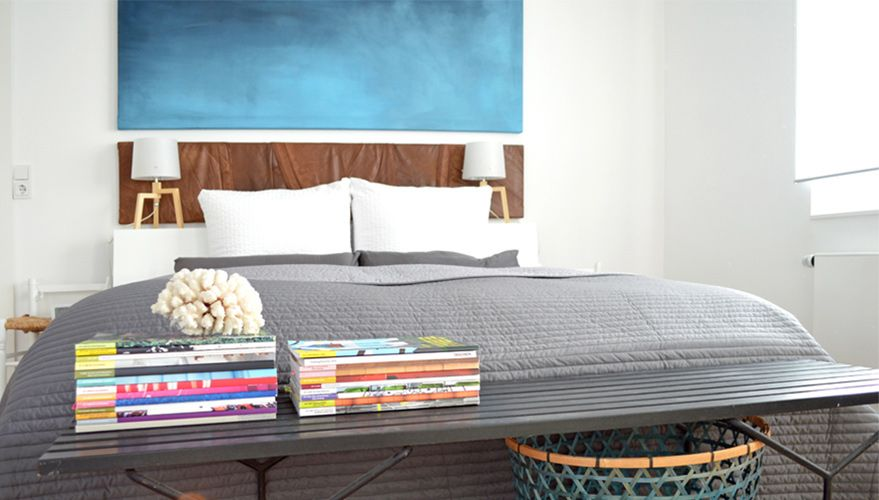 Was tun, wenn man nicht gleich ganze Wände streichen möchte, um Farbe ins Schlafzimmer zu bringen? Genau, selbst Kunstwerke erschaffen, so wie Kristina.