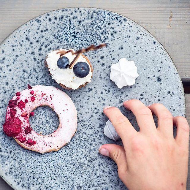 Grå keramisk tallerken fra @khwurtz • det perfekte lærrede uanset om du vil servere lidt sødt eller en smuk komponeret forret. .  #atablestory #serviceudlejning #khwurtz #keramik #ceramics #unika #grey #grå #handcrafted #håndværk #bryllup #bryllup2017
