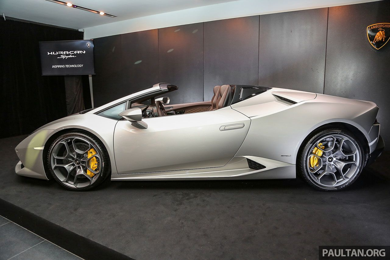 Those yellow brake calipers do look really nice behind the