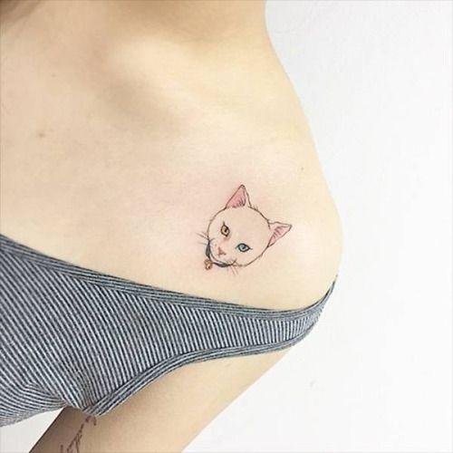 Tatuaje De La Cabeza De Un Gato Situado En El Hombro Izquierdo
