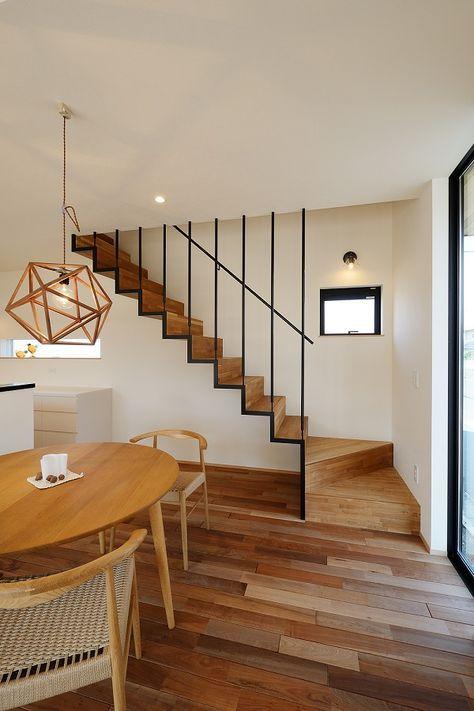 華奢な階段であるにもかかわらず 存在感がある そんな鉄骨階段と木の
