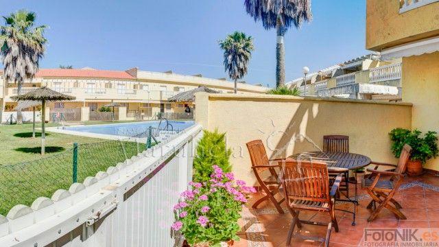 Vista de la piscina desde la terraza en planta baja,