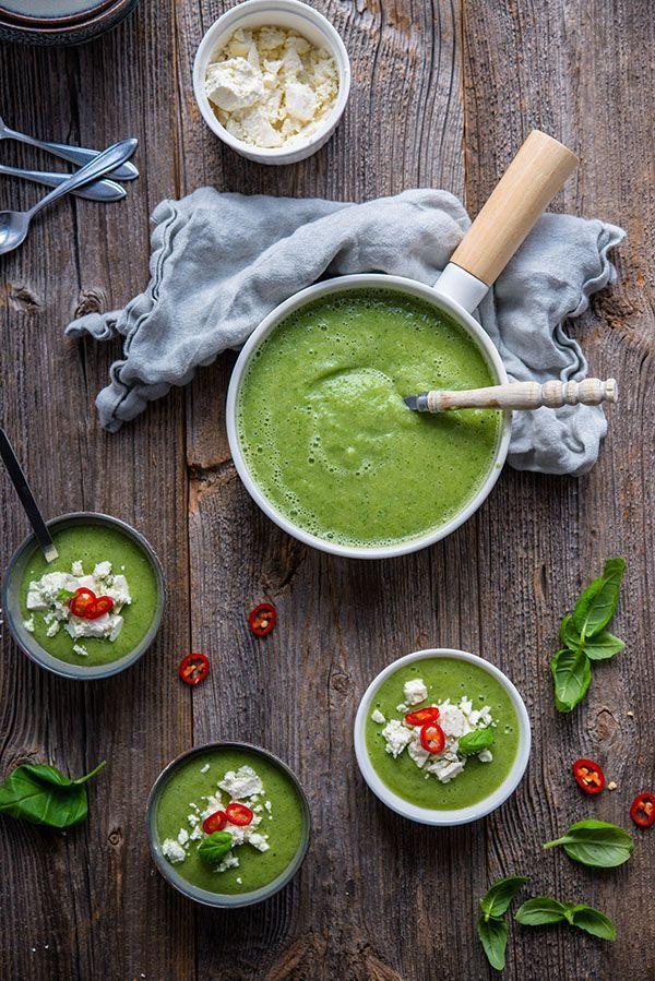 Koude komkommersoep met avocado en basilicum - Brenda Kookt! #koudehapjes Deze koude komkommersoep met avocado en basilicum is een topper voor de zomer. Lekker met verkruimelde feta en chilipeper. Als hapje, voor- of tussengerecht #koudehapjes