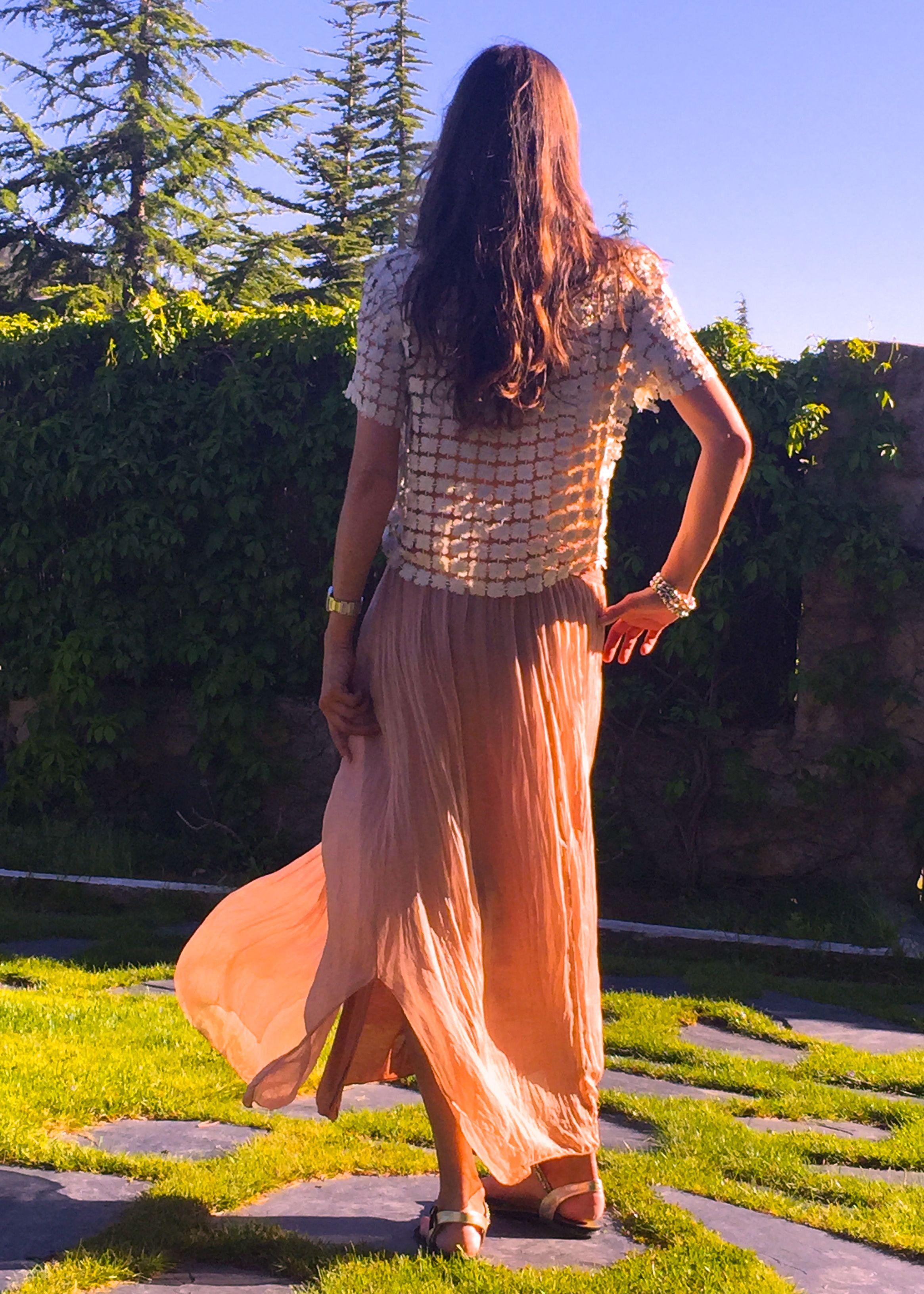 Top de cascada de estrellas en hilo de plata con falda de seda en rosa maquillaje. www.ch2online.com