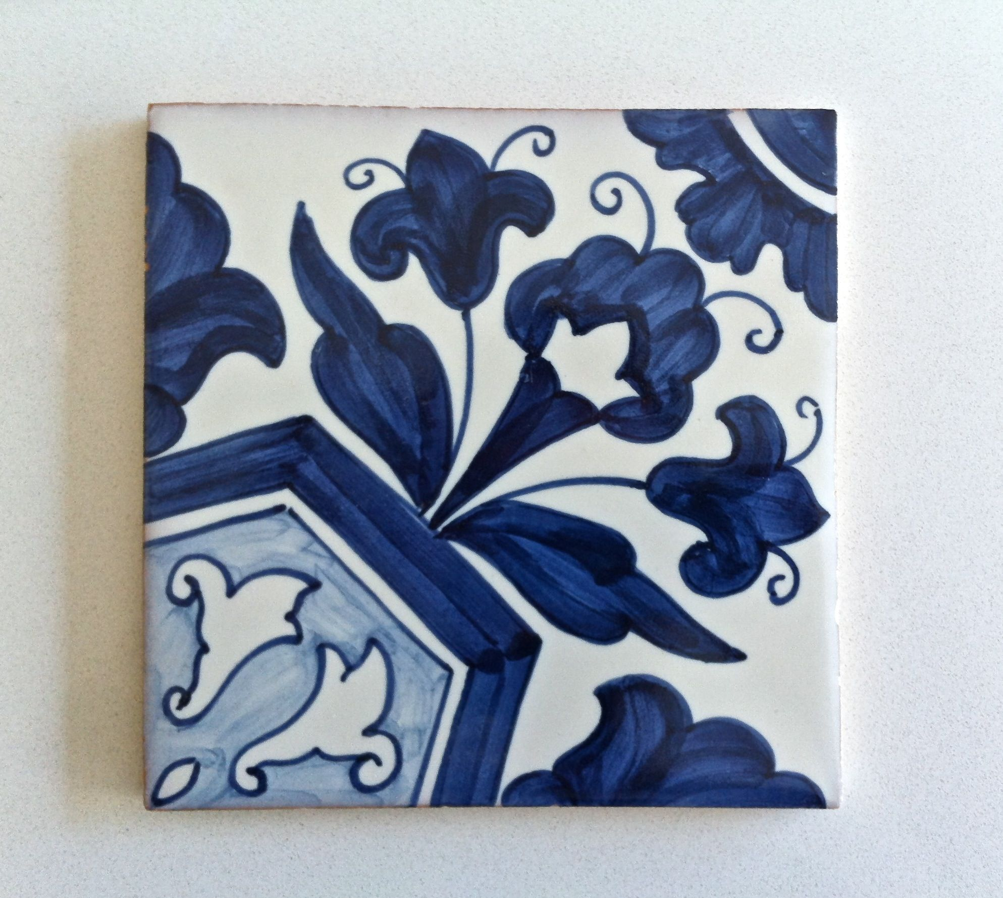 Lirio II - another Lilly themed tile pattern. This one is inspired in an arrangement from the early part of XVIII century.