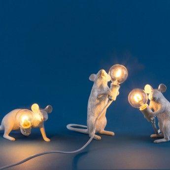Lampe à poser MOUSE - debout - H14,5 cm – Seletti La lampe à poser Mouse est une collection de luminaires design qui reproduit plus vrai que nature des souris dans différentes positions. La version standing représente une souris redressée sur ses pattes arrière, tenant l'ampoule à bout de bras comme si elle présentait à l'assistance sa trouvaille. Une fois allumée, elle propagera une lumière douce et ambiancée autour d'elle.