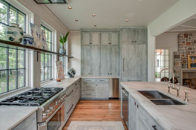 With a full wall of windows and cabinets on either side, there is at once ample storage and light ... something hard to find in most homes. Architect Jeffrey Dungan home in Nashville on StyleBlueprint.com
