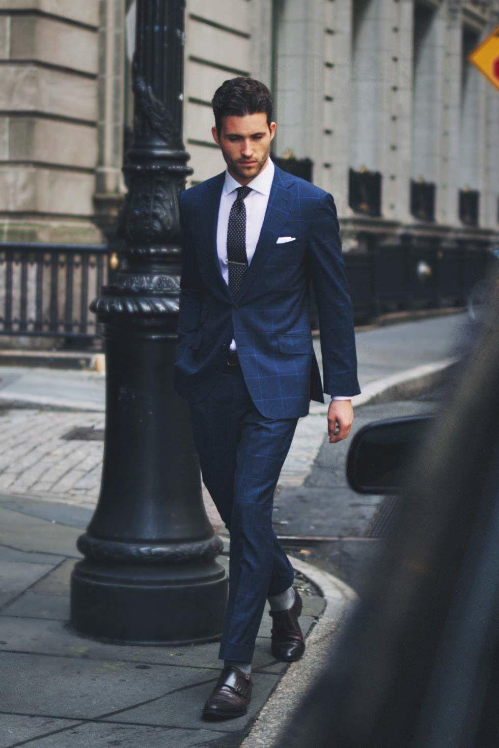 blauw pak zwarte stropdas