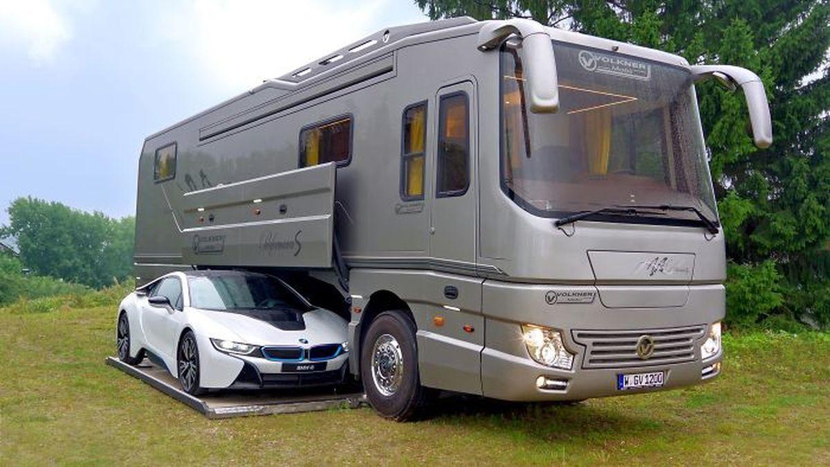 Ein Luxus-Wohnmobil mit eingebauter Garage fr den ...