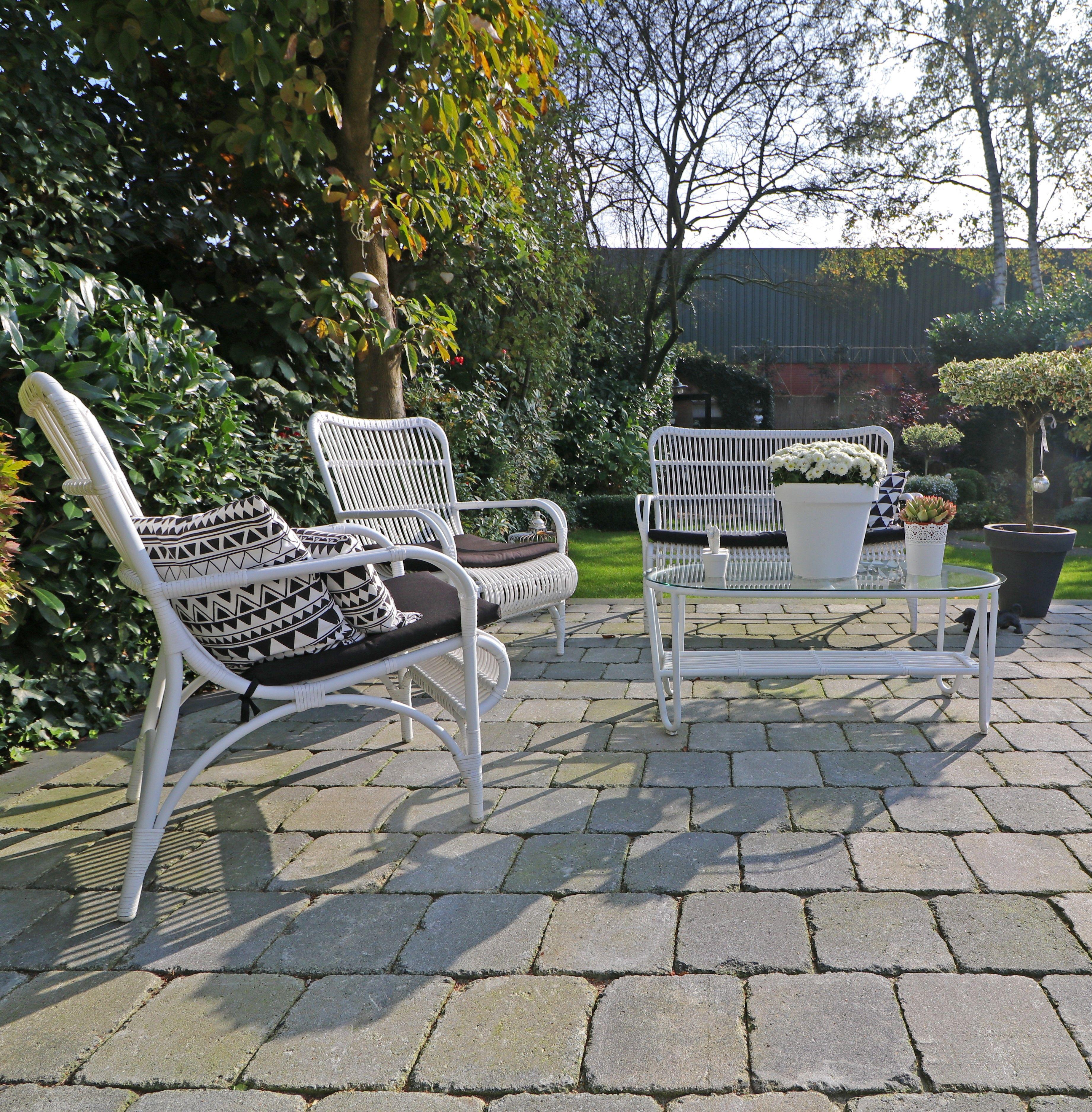 Tuinstoel Ligstoel Wit.Witte Tuinstoelen Met Zwarte Kussens Zorgen Voor Een Leuk Zwart Wit