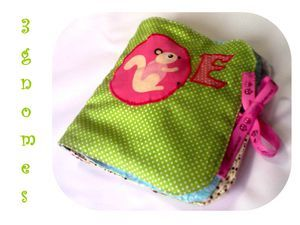 livre à toucher pour une petite fille.  tissu book for  e little girl