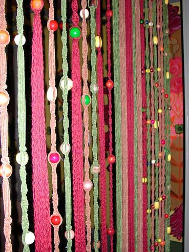 This looks like the easiest macrame project ever. It looks so cool too, that I have to do it. Don't know where, but somewhere!
