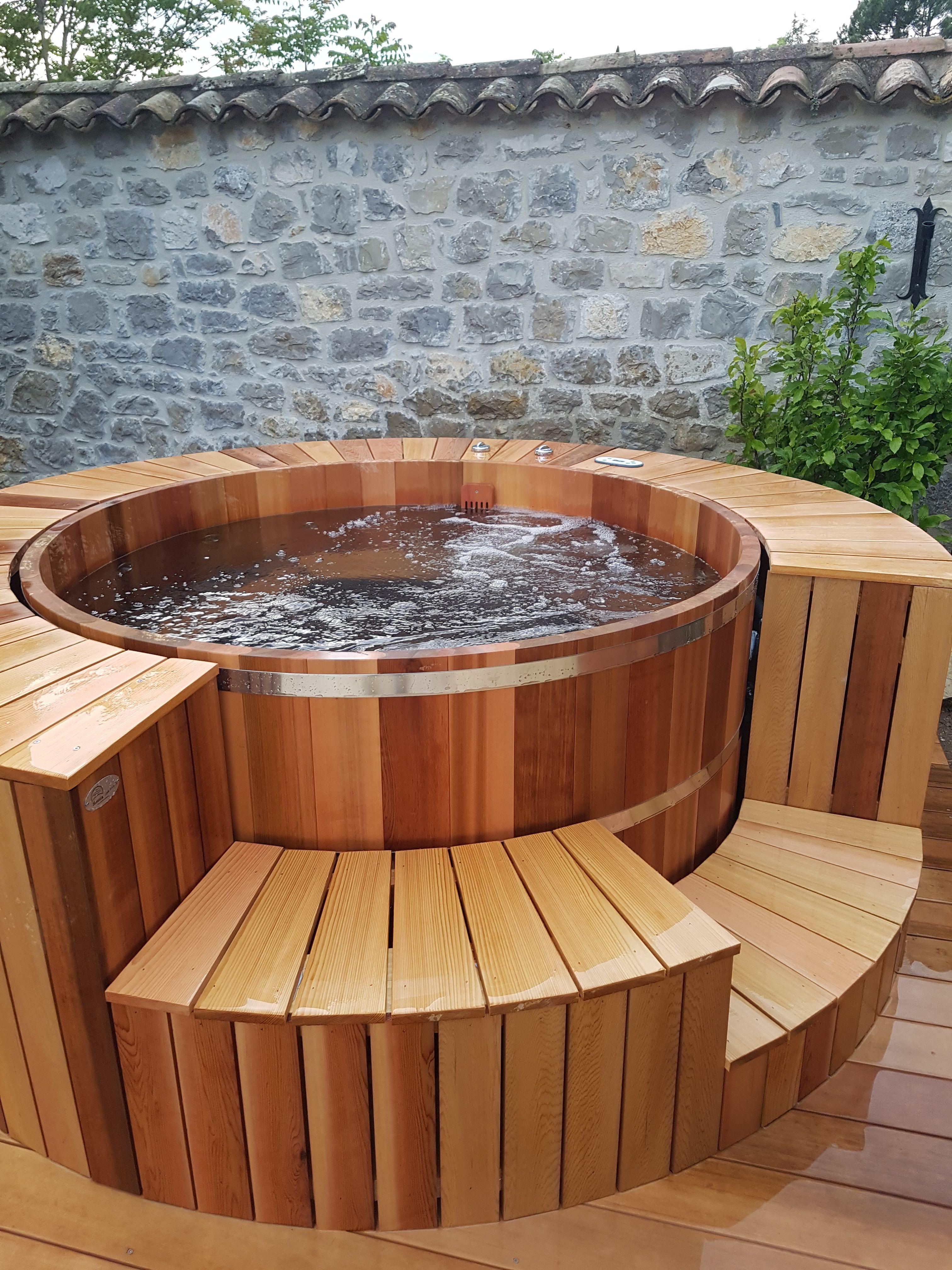Spa Bois 6 8 Personnes Avec Entourage Red Cedar Spa Bois Jacuzzi Exterieur Sauna Maison