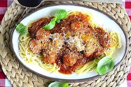 Italialainen lihapullapasta on herkullista kotiruokaa. Yrttinen tomaattikastike maustaa lihapullat ja tekee niistä meheviä.