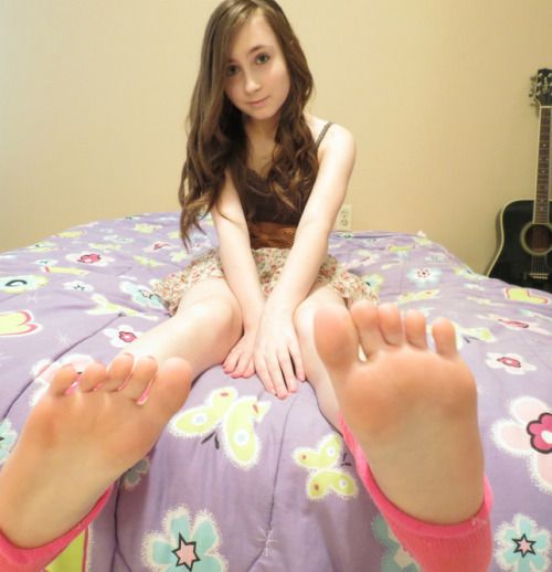 More candid teen feet — img 3