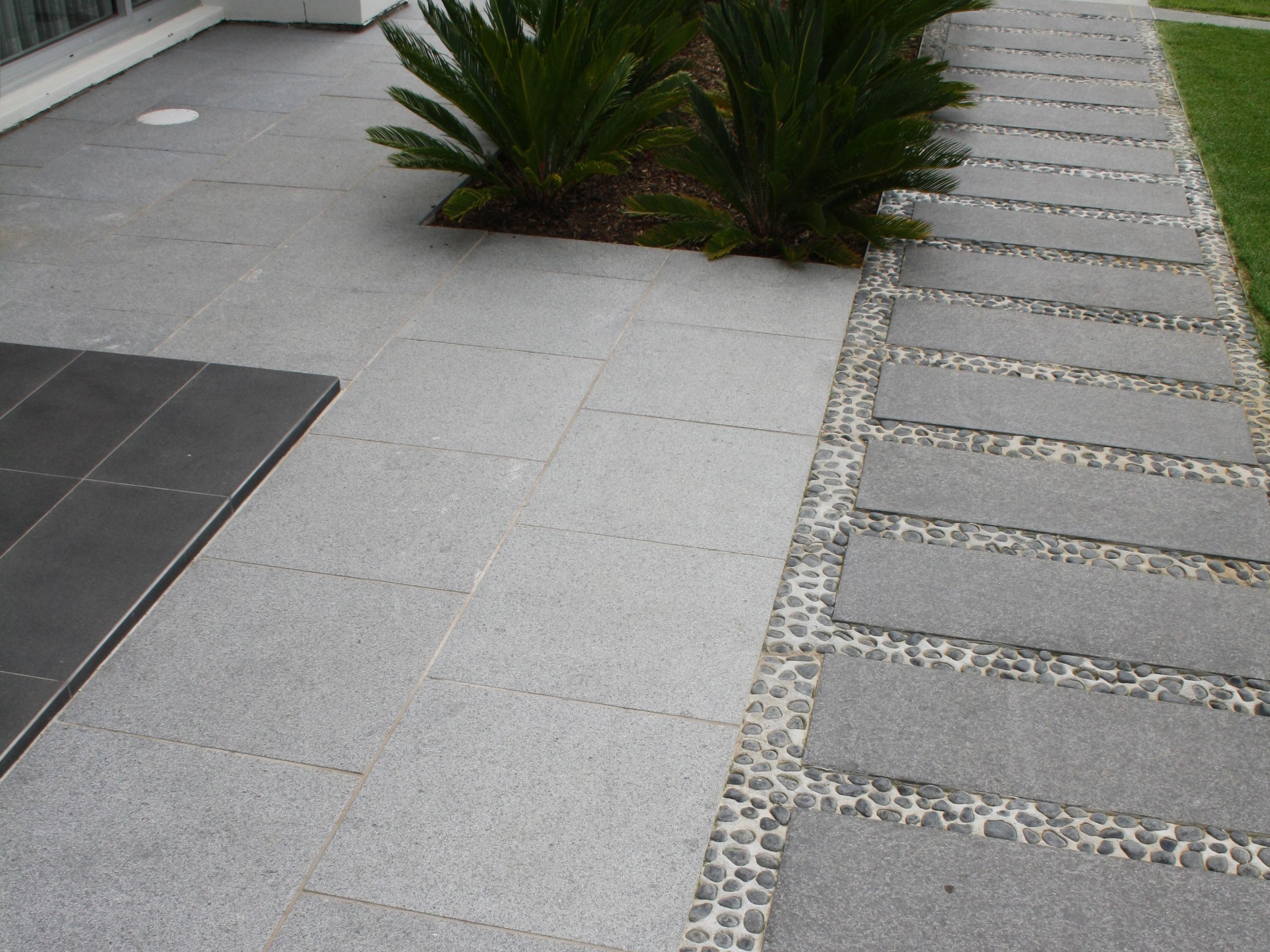 Eco Outdoor Buffalo And Raven Granite Paving With Anvil Pebbles Eco Outdoor Granite Paving Livelifeo Natural Stone Flooring Granite Paving Outdoor Paving