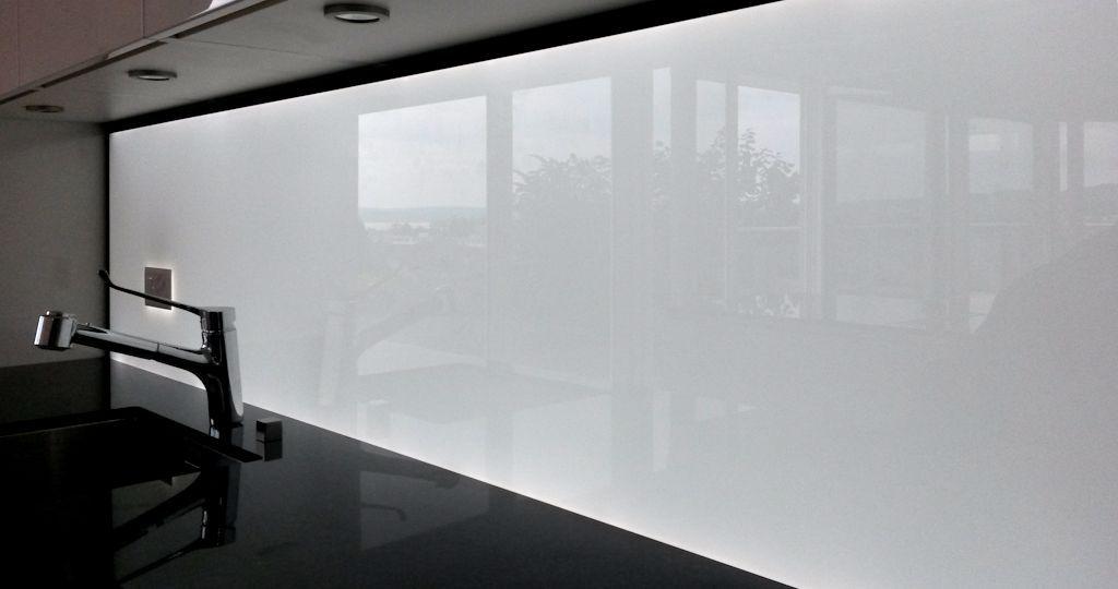Beleuchtete Küchenrückwand Weiss aus ESG Glas mit LED Beleuchtung ...
