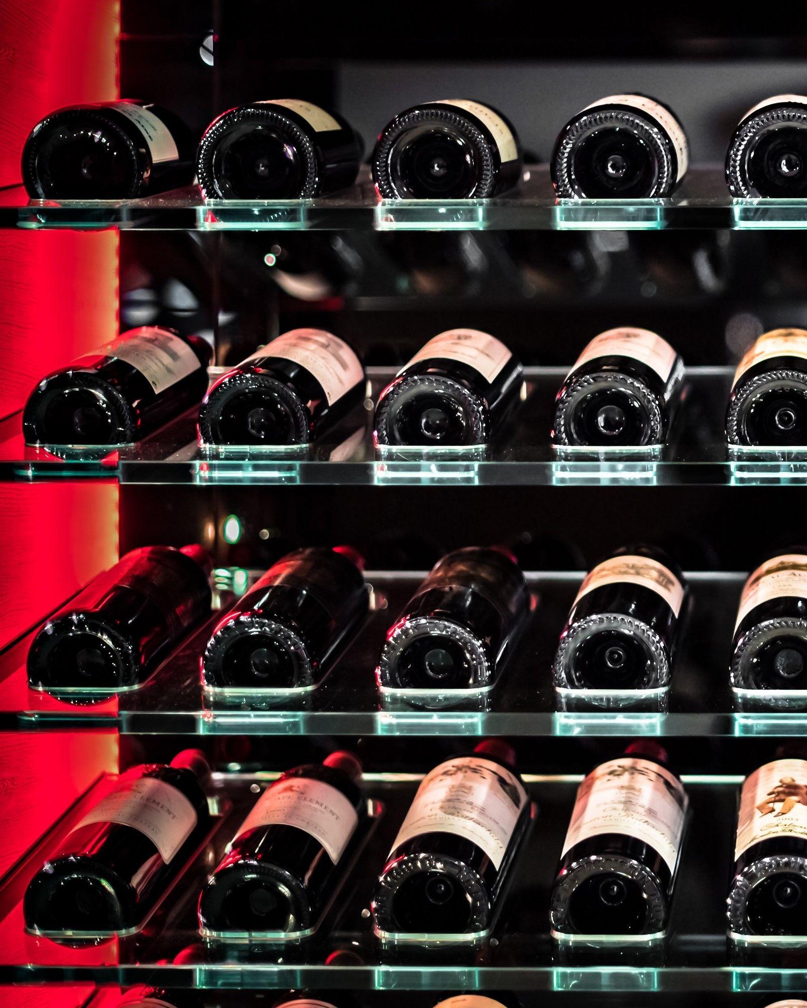 Armoire A Vin Vitree Design Et Sur Mesure Exposition Des Vin Sur