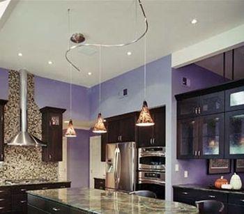 voici un luminaire suspendu d 39 une rail chic et sinueuse. Black Bedroom Furniture Sets. Home Design Ideas