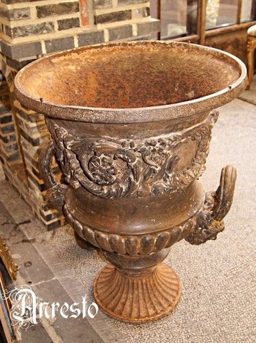 Antieke Gietijzeren Vazen.Antieke 19e Eeuwse Gietijzeren Vaas Anresto Gietijzer