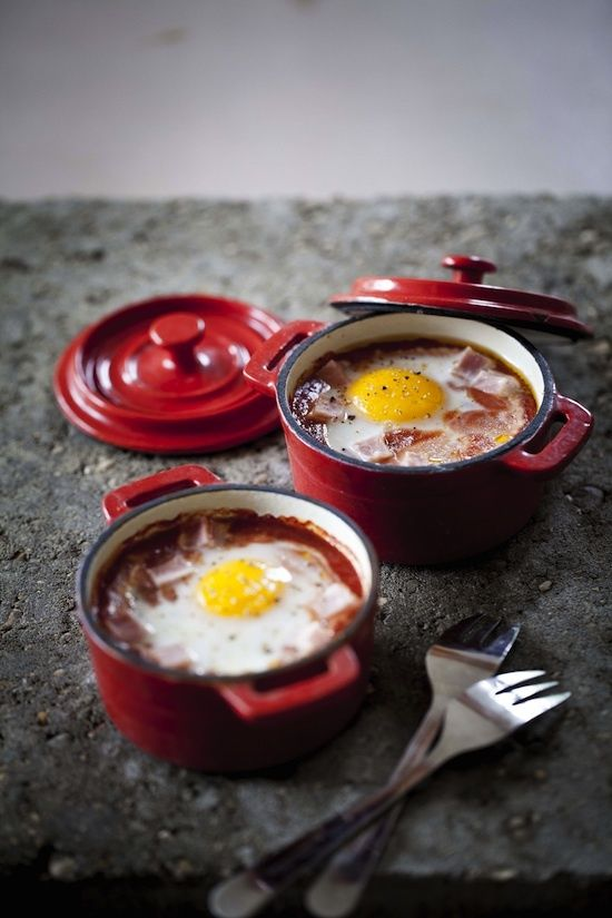 Cocotte eggs with tomato sauce and ham