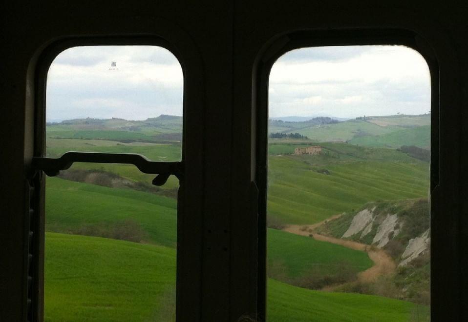 In viaggio per la Val d'Orcia su un vecchio treno del primo '900. Da Siena a Trequanda, fino al monte Amiata. E' una delle tratte del turismo che la Fondazione Fs e Mibact ha presentato stamane. Obiettivo prioritario del progetto è quello di valorizzare e promuovere, attraverso l'emozione con