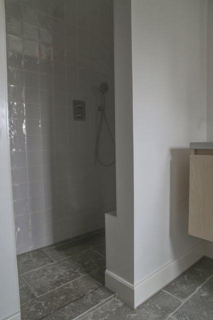 Badkamer met prachtige natuursteen vloer van Bourgondische dallen ...