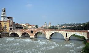 Il fiume Adige e lo storico Ponte Pietra
