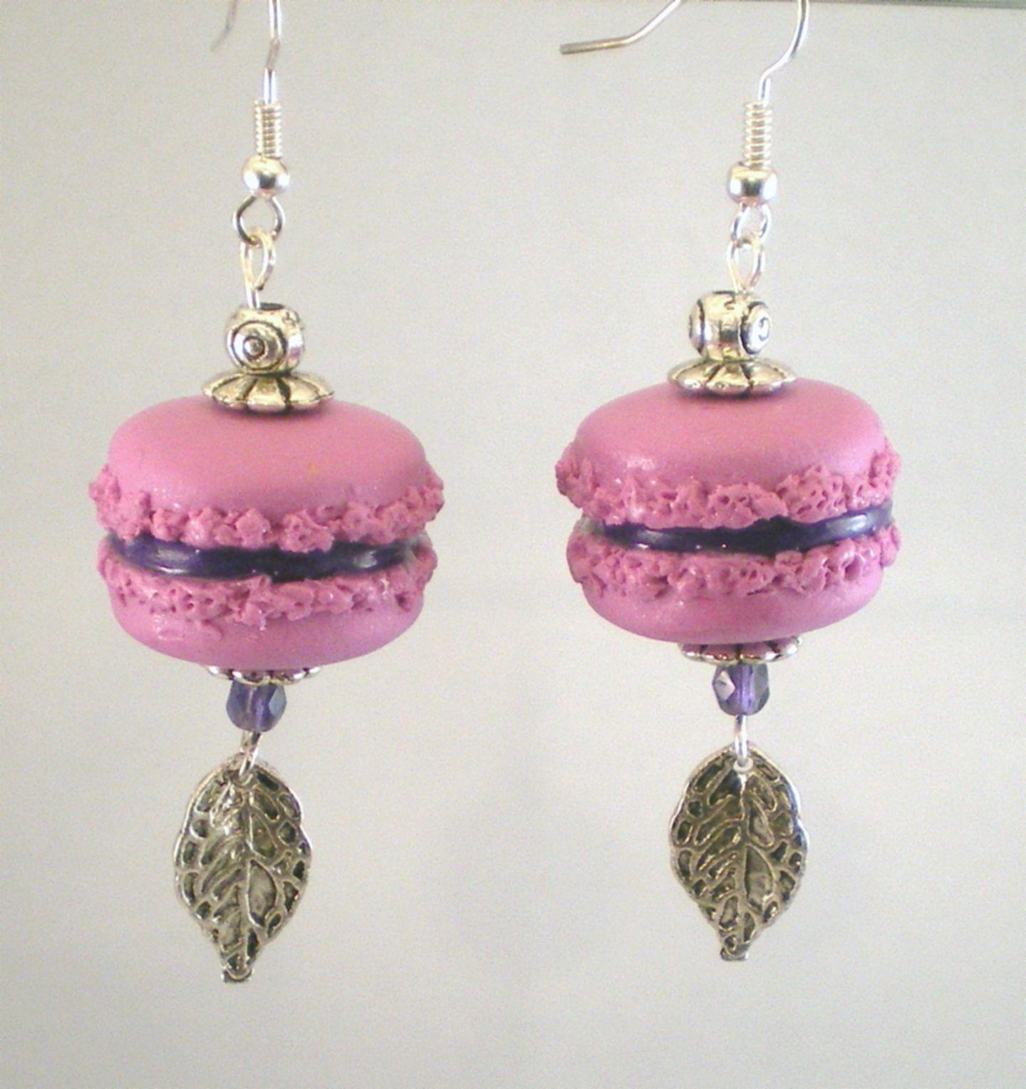 """Boucles d'oreille macarons en fimo """"framboise"""",  perles de Bohème...."""