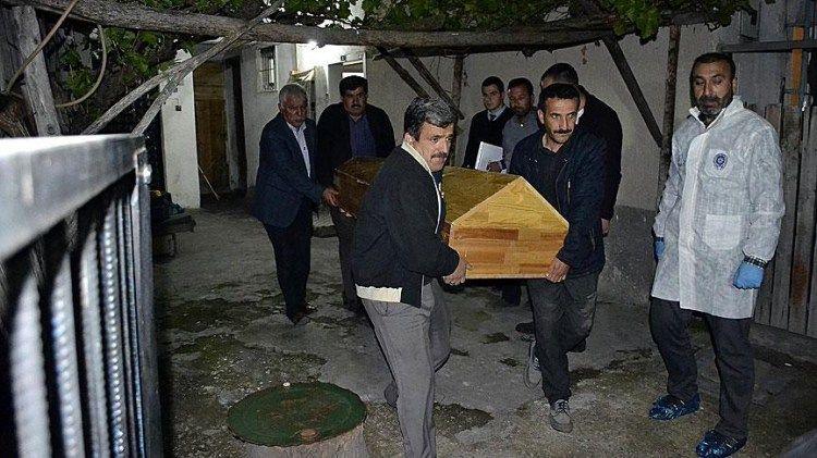 KARABÜK - Eskipazar ilçesinde sobadan sızan karbonmonoksit gazından zehirlenerek ölen çift, toprağa verildi.