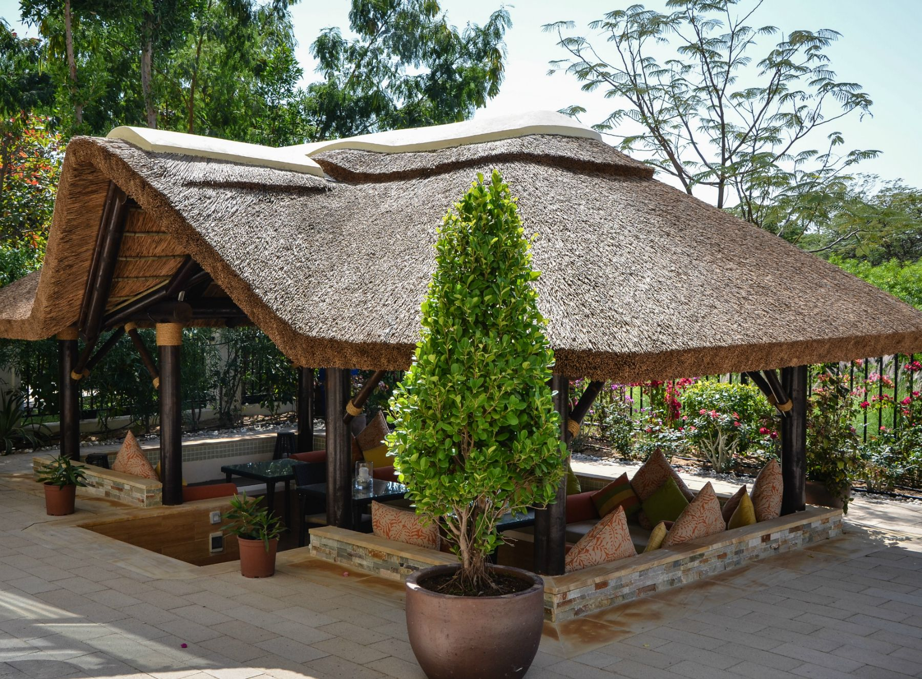 Merveilleux Outdoor Thatched Gazebo With Seating, Perfect For Al Fresco Outdoor Dining!