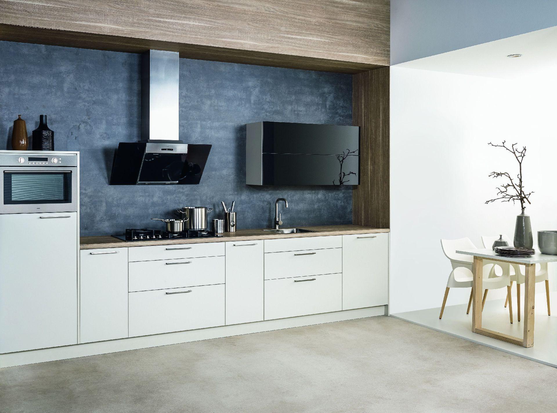 KH System Möbel: Küche in Weissgrau mit Glas Schwarz Transulzent ...