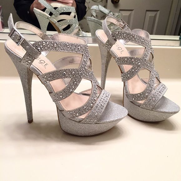 {New} gorgeous sparkly silver pumps!! Brand new, never worn sparkly, glittery silver pumps coated in rhine stones. They are so sparkly in the light and stunning in person. Women's size 8 Shoes Heels