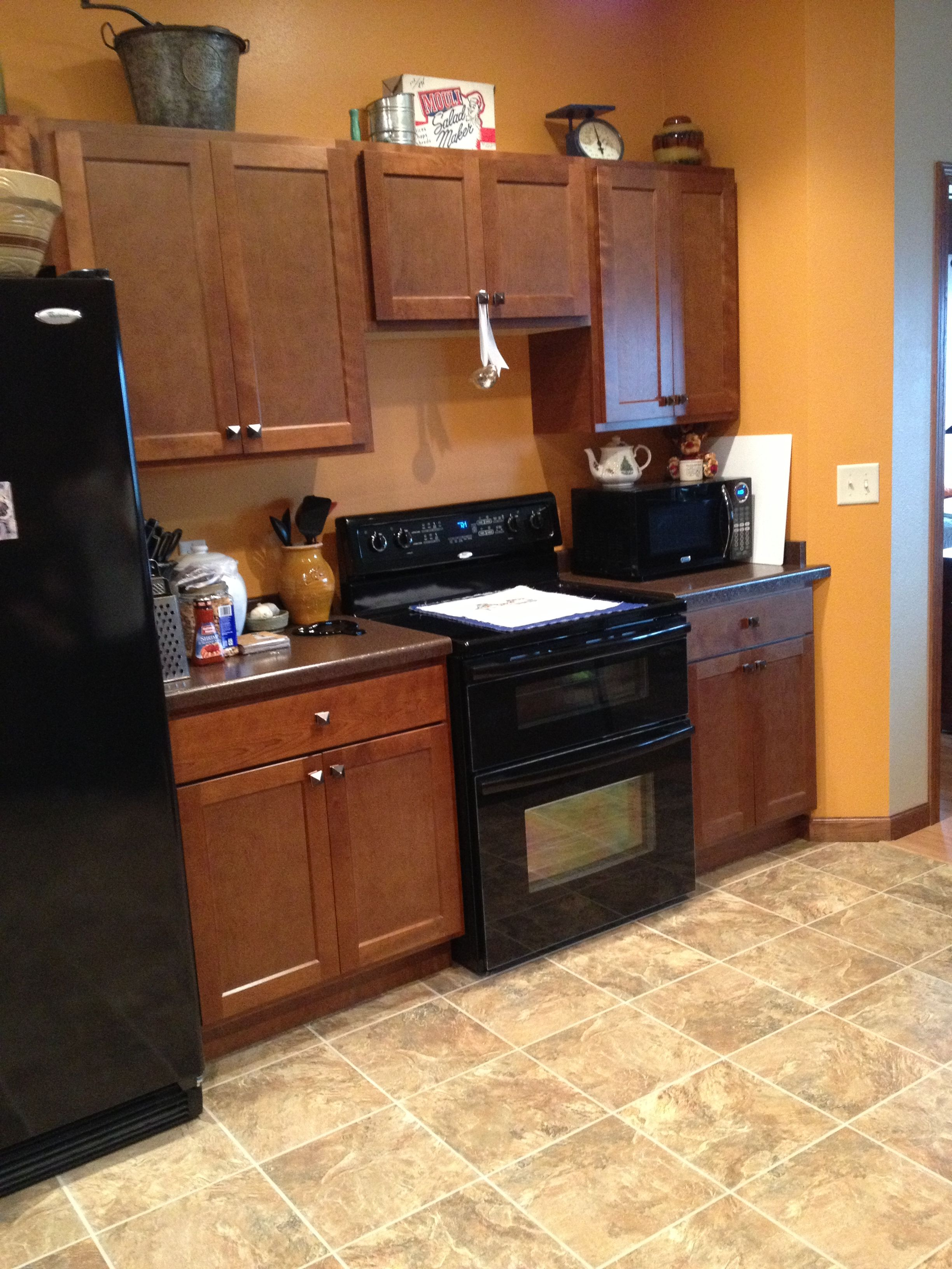 A Shaker Door Cabinet Style With No Crown Molding Paired With Black Appliances Make A Simple Stat Trendy Kitchen Backsplash New Kitchen Diy Diy Kitchen Shelves